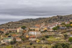 A los piés de San Bartolomé (lebeauserge.es) Tags: sanbartolomédepinares ávila pueblo casas montaña campo cielo nublado nubes árbol