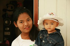 young burmese mother and child (the foreign photographer - ฝรั่งถ่) Tags: young burmese lady mother child toddler khlong thanon portraits bangkhen bangkok thailand canon