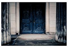(schlomo jawotnik) Tags: 2019 november hannover herrenhäusergärten berggarten mausoleum welfenmausoleum türe pforte säulen analog film kodak kodakproimage100 usw