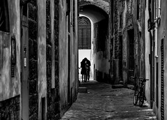 love actually (robertoburchi1949) Tags: blackwhite bianconero people persone street city città vicoli firenze florence love absoluteblackandwhite
