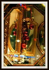 Festlich / Alle Rechte vorbehalten © AndiDroid ;-) (AndiDroid ;-)) Tags: andidroid foto photo photography photographie spiegelung reflexion reflections windows storewindow glass glasscheibe glasspane durchglashindurch hinterglas glassworlds explore kugel advent weihnachtszeit christmastime weihnachten christmas christmastimeweihnachtzeit xmas
