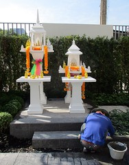 whiter than white spirit houses for the new condo (the foreign photographer - ฝรั่งถ่) Tags: white spirit house gardener worker our street bangkhen bangkok thailand canon