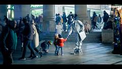 Dankeschön! (Pe Wi) Tags: strasenkünstler spende bedankung vielemenschen königsbau stuttgart weihnachtsstimmung thema cinematic voigtländernokton75mm kinder