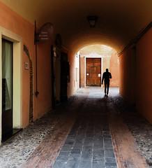 Osteria dei Leoni (fotomie2009) Tags: albenga ligure liguria man people uomo italy italia silhouette passaggio coperto galleria tunnel door porta lastricato centro storico middleages medioevale medioevo medievale