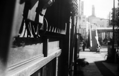 垂直移動 (vertical movement) (Dinasty_Oomae) Tags: argusc3 argus アーガス アーガスc3 白黒写真 白黒 monochrome blackandwhite blackwhite bw outdoor 東京都 東京 tokyo street 千代田区 chiyodaku