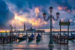 Servizio Gondole (Robert Schöller) Tags: nikond850 fotoreise venedig venezia venice italien italy italia gondola sunrise sunrays sonnenaufgang sonnenstrahlen
