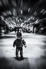 Mouvements de chérubin (Yohan GERARD) Tags: ange enfant ville noir et blanc black n white bw downtown rue marché place antibes france d850 nikon tamron 45mm focalefixe flickr