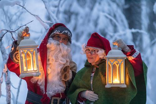 Joulupukki ja joulumuori lyhtyjen kanssa