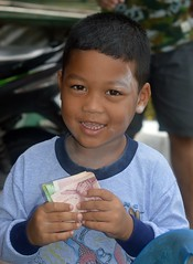 a boy with money (the foreign photographer - ฝรั่งถ่) Tags: sep252916sony boy child money bills khlong lard phrao portraits bangkhen bangkok thailand nikon d3200