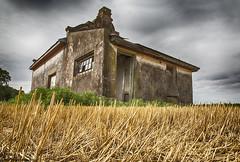 Casita de campo en......... (Marina-Inamar) Tags: perezmillan argentina buenosaires campo campestre cosecha paja amarillo texturas casa construcción aan abandonado cielo arquitectura