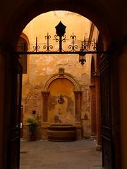 Sienne...cour intérieure / Siena...courtyard (FloDL) Tags: sienne siena cour courintérieure fontaine contrejour porte entrée patio ambiance moyenâge toscane tuscany courtyard lumière light italie italy italia
