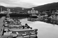 Pequeño puerto (David Efrén Mota) Tags: islandia puerto port bw blancoynegro blackandwhite barcas boats canon eos 650d iceland fishingvillage pueblopesquero fjord fiordo eskifjörður 24mm