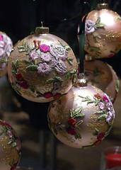 Mainz, Augustinerstraße, Christbaumkugeln (Christmas baubles) (HEN-Magonza) Tags: mainz rheinlandpfalz rhinelandpalatinate deutschland germany augustinerstrase advent christbaumkugel christmasbauble