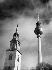 Caffenol: Berlins Fernsehturm og tårnet på Marienkirche (Lars_Holte) Tags: pentax 645 pentax645 645nii 6x45 smcpentaxfa 75mm f28 120 film 120film analog analogue foma fomapan200 200iso caffenolcm mediumformat blackandwhite classicblackwhite bw monochrome filmforever filmphotography ishootfilm larsholte homeprocessing berlin germany deutschland fernsehturm tvtower explored