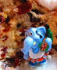 Arbeit im Weihnachtsstollen (hussi48) Tags: üei spielzeug nahaufnahme closeup blau toy yummy weihnachtsstollen stollen essen lookingcloseonfriday christmasfood