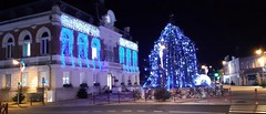 Vers Noël (Somain) (no_christian) Tags: somain nord hautsdefrance région france europe europa 59 place mairie ctyhall north sapin christmastree noël christimas arbre tree fête couleurs colors bleue blue hiver winter night chn christian noé nuit