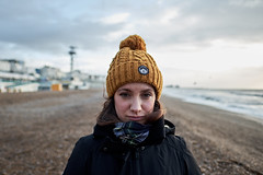 Portrait in Brighton (rafpas82) Tags: portrait hat retrato gorro spiaggia playa beach cloudy nublado blur bokeh cold frio mar mare ritrattoambientato bufanda scarf brighton hove england inglaterra sussex uk reinounido fujixt20 xt20 fujinon16mmf14 16mmf14
