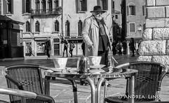venezia ... (andrealinss) Tags: italia italien italy venedig venice venezia schwarzweiss street streetphotography streetfotografie bw blackandwhite andrealinss 35mm