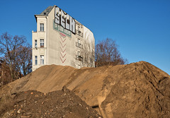 - 1st floor hostel - (-wendenlook-) Tags: color colors architektur architecture sand city urban berlin friedrichshain bluesky blauerhimmel olympus omd em5ii panasonic 2017 40mm 1800 f56 iso200