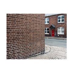 red door (chrisinplymouth) Tags: wall brick corner terrace princerock plymouth devon cameo city england uk cw69x trait xg diagonal perspective diagx 2018 cornerpiece
