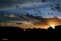 Se esconde el sol. (AviAntonio) Tags: capvespre anochecer colors colores contrallum contraluz ciutat barcelona