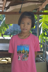 pretty girl with t-shirt advertising a temple (the foreign photographer - ฝรั่งถ่) Tags: jul172016nikon girl child khlong lard phrao portraits bangkhen bangkok thailand nikon d3200
