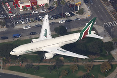 EI-DBK, Boeing 777-200ER, Alitalia, Los Angeles (ColinParker777) Tags: boeing 777 b777 triple seven aircraft airliner airplane plane fly flying flight landing approach finals shadow trees travel air2ground airbourne airborne airways airlines air klax lax los angeles international airport road cars grass city canon 5dsr 200400 l lens zoom telephoto pro eidbk alitalia italy az 32783 455 777243er b777243er aza innout burger fast food