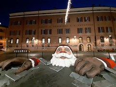Natale a Modena (oltrelautostrada) Tags: italia modena italy christmas santa claus santaclaus contemporary art handmade statue sculpture installation europe square piazzaxxsettembre mycity