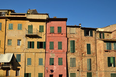 Siena façades (Thomas Roland) Tags: façade facade yellow orange house europe europa italy italia italien sommer summer nikon d7000 travel rejse toscana tuscany by stadt town city siena