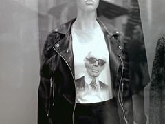 Karl Lagerfeld Berlin Schloßstrasse 21.12.2019 (rieblinga) Tags: schaufenster puppe karl lagerfeld tshirt berlin schlosstrasse porträt druck 21122019 analog revue ac4 kodak tmax 100 adox fx 39 ii sw 114