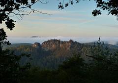 Im Rahmen (isajachevalier) Tags: sächsischeschweiz elbsandsteingebirge landschaft gamrig felsen nebel sachsen panasonicdmcfz150