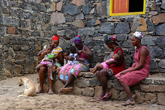 Femmes ile de Santiago Cap vert _4249 (ichauvel) Tags: femmes women village assis sitting enfants childrenbébés maison house exterieur outside iledesantiago villagerabelados capvert caboverde afrique africa chien dog