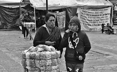 MEXICO, San Cristóbal de las Casas, indigenes Leben Rund um die Kathedrale ,  it is cold, 19384/12201 (roba66) Tags: urlaub reisen travel explore voyages rundreise visit tourism roba66 mexiko mexico mécico méjico nordamerika northamerica zentralamerika yukatanhalbinsel rundreise2017 roba66chiapas platz places historie historical geschichte kulturdenkmal monument fassade menschen leute people sancristóbaldelascasas woman indios blackwhite bw sw branco negro blackandwhite blancoenero blancoynegro monochrome byn bretoebranco einfarbig schwarzweis