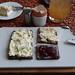 Porree-Frischkäse, Duc du Bourgogne und Erdbeermarmelade auf Pumpernickel