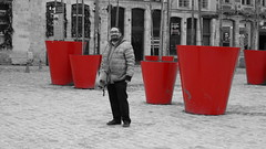 2019-12-21_15-22-35_ILCE-6500_DSC17407_Kiri (Miguel Discart (Photos Vrac)) Tags: 2019 70mm citytrip citytrips colourcutout cutout e18200mmf3563ossle focallength70mm focallengthin35mmformat70mm france homme ilce6500 iso1250 lille man men messieurs migueldiscart monsieur partialcolorred photoderue photography pictureeffectpartialcolorred selectivecolor sony sonyilce6500 sonyilce6500e18200mmf3563ossle street streetphotography