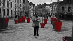 2019-12-21_15-21-14_ILCE-6500_DSC17403_Kiri (Miguel Discart (Photos Vrac)) Tags: 2019 33mm citytrip colourcutout citytrips man france men cutout lille monsieur homme iso320 photoderue messieurs focallength33mm partialcolorred e18200mmf3563ossle focallengthin35mmformat33mm migueldiscart ilce6500 street photography sony streetphotography selectivecolor pictureeffectpartialcolorred sonyilce6500 sonyilce6500e18200mmf3563ossle