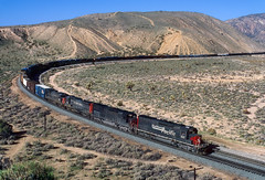 Warren before windmills (Moffat Road) Tags: southernpacific sp freighttrain curve mojave california tehachapipassroute emd sd40t2 tunnelmotor 8517 warrencurve train railroad locomotive