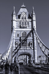Tower Bridge 2 (profesorxproyect) Tags: nikon d7100 sigma 1770mm london towerbridge byn blackandwhite blancoynegro bw bn streetphotography street ciudad city callejera arquitectura architecture viajes monumento