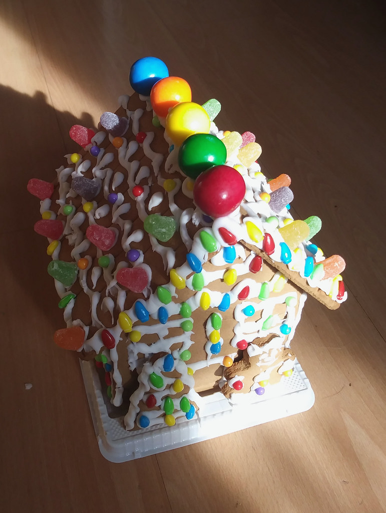 фото: Grocery store gingerbread house (from kit)