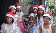 pretty girls wearing their santa caps (the foreign photographer - ฝรั่งถ่) Tags: dscdec132014sony girls children white dresses santa caps khlong lard phroa portraits bangkhen bangkok thailand phrao sony rx100