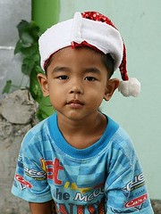 a scavenger's grandson (the foreign photographer - ฝรั่งถ่) Tags: boy child grandson santa cap khlong thanon portraits bangkhen bangkok thailand canon
