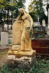 PL3-067-32 (David Swift Photography) Tags: davidswiftphotography parisfrance perelachaisecemetery thegoldwomanperelachaisecemetery graves tombstone historiccemeteries 35mm nikonfm2 kodakportra