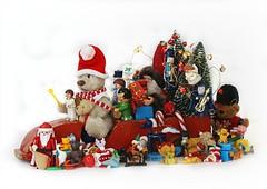CHRISTMAS GIFTS || EEN WAGEN VOLGELADEN (Anne-Miek Bibbe) Tags: christmas kerstfeest kerst canoneos70d annemiekbibbe bibbe nederland 2019 tabletopphotography speelgoed toy spielzeug giocattoli juguetes bringuedos jouets bear teddybear beertje teddybeer beer speelgoedbeer nounours minibeer minibear vintagetoyvan vintagevrachtauto vintagehoutenvrachtwagen vintagewoodentoyvan regalos gifts geschenken presents crazytuesday