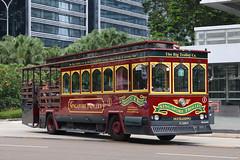 PC1086R, Raffles Boulevard, Singapore, October 8th 2018 (Southsea_Matt) Tags: pv1086r 1 rafflesboulevard singapore october 2018 autumn canon 80d sigma 1850mm bus omnibus transport vehicle man duckhippotours singaporetrolley