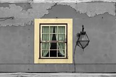 Fût-il un temps... (hans pohl) Tags: portugal nazaré architecture fenêtres windows lampadaires lamps façades noiretblanccoloré blackandwhite recoloured