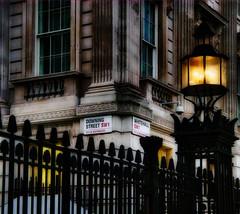 London - DOWNING STREET (PHOTOGRAPHY Toporowski) Tags: london eye street art city blackandwhite contrast kontrast schwarzundweis stadt freizeit leisure architektur architecture riesenrad england wahrzeichen grosbritannien attraktion uk himmel berühmt reisen gebäude symbole tourismus thames fluss westminster stadtbild abend skyline themse brexit