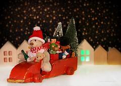 MERRY CHRISTMAS || HET ZIJN TWEE DAGEN (Anne-Miek Bibbe) Tags: christmas kerstfeest kerst canoneos70d annemiekbibbe bibbe nederland 2019 tabletopphotography speelgoed toy spielzeug giocattoli juguetes bringuedos jouets bear teddybear beertje teddybeer beer speelgoedbeer nounours minibeer minibear vintagetoyvan vintagevrachtauto vintagehoutenvrachtwagen vintagewoodentoyvan