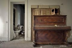 La solitude du pianiste. (Fallowsite) Tags: oldplaces moulures boiseries oldplace ancien abandonned decay d610 desaffecté lieuxoubliés urbex urbanexploration explorationurbaine friche forgottenplace nikon hdr decayed decrépitude bâtiment architecture abandonné plafondssculptés parquets piano playel