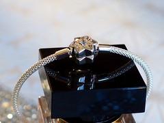 PC250258 (hlh 1960) Tags: armband stern star schmuck glitzer flakon spiegelung schawarz mirrow jewelery geschenk präsent diamant weihnachten noel freude joy schmuckstück pandora silber silver edelmetall bokeh woman frauen