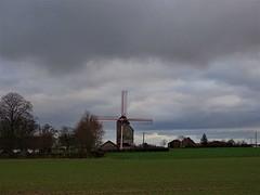 Temps nuageux au moulin Deschodt à Wormhout. (daviddelattre) Tags: moulin paysage photo nuage vert arbre maison